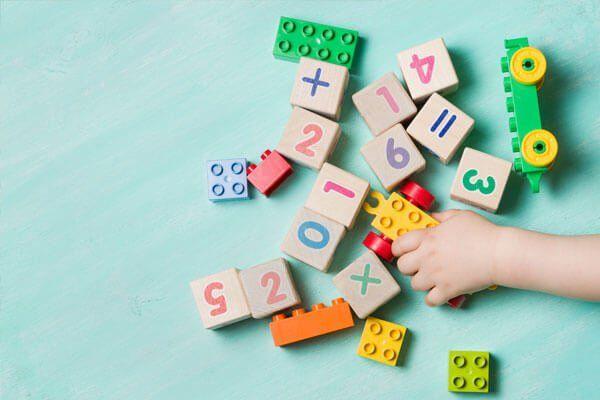 Bambino giocando il gioco educativo nella libreria