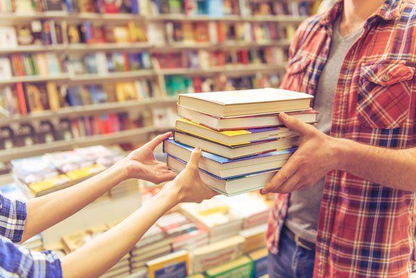 Due persone che si scambiano libri  tempo libro education a caselle
