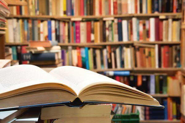 libro in primo piano con libri sullo sfondo