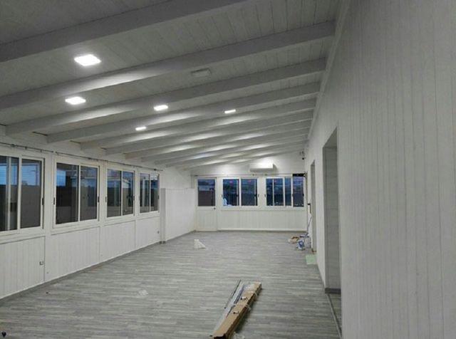 interno di uno stabile con vista delle finestre
