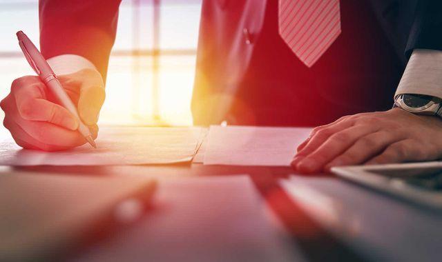 Imprenditore firma documenti