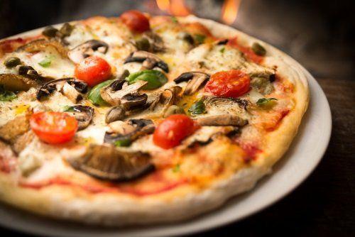 Pizza con funghi e pomodoro