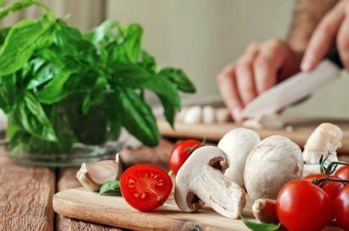 Funghi, pomodori e rucola freschi su un tagliere