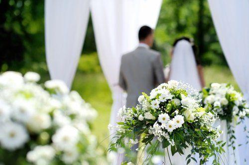 Composizioni di fiori selvatici bianche per un matrimonio all'aria libera