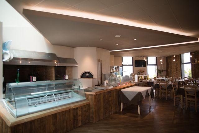 interno ristorante con cucina a vista