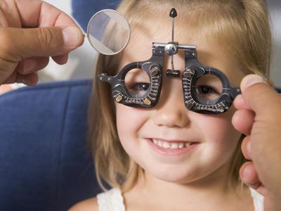 bambina sottoposta a visita oculistica