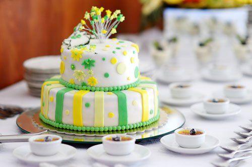 Torta a due piani bianca, verde e gialla con decorazioni di stelle