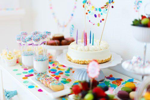 Tavola coperta con le bevande,dolci,cibo e la torta