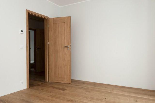 stanza bianca con parquet