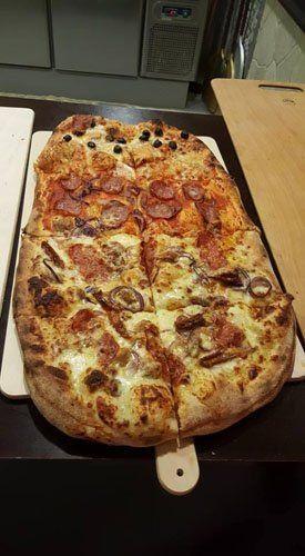 pizza al metro tagliata a quadrati