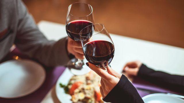 Un brindisi con due bicchieri di vino rosso