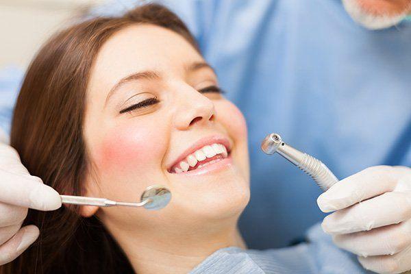 una paziente mentre si sottopone a un intervento dentistico