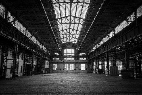 foto in bianco e nero di un magazzino industriale