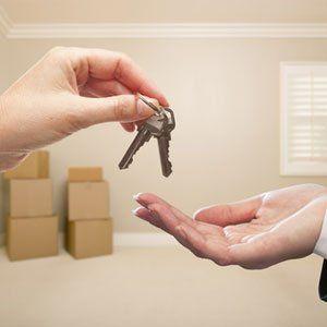 una mano dà delle chiavi a un'altra mano