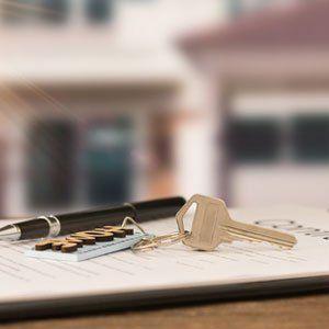 chiavi e penna su taccuino