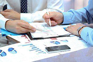 Colleghi si consultano su documenti