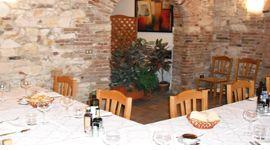vista angolare di una ristorante con tavolo apparecchiato ad angolo