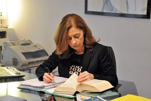 avvocato orlandi alla scrivania