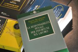 libri di diritto del lavoro su tavolo