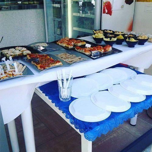 un buffet con delle pizzette, patatine e altre specialità'