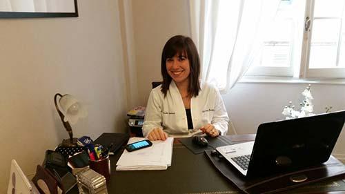 Dottoressa nel suo ufficio