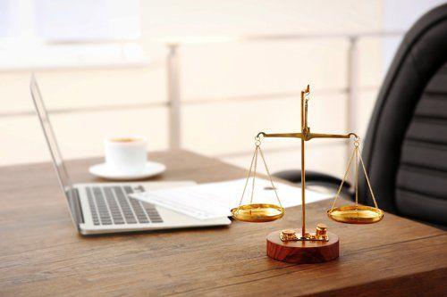 tavolo con bilancia - studio di avvocati
