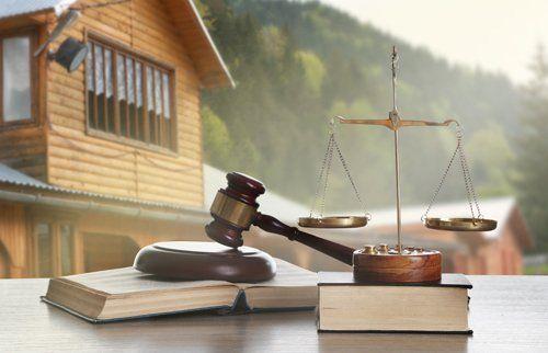 martello bilancia e libri - diritto bancario