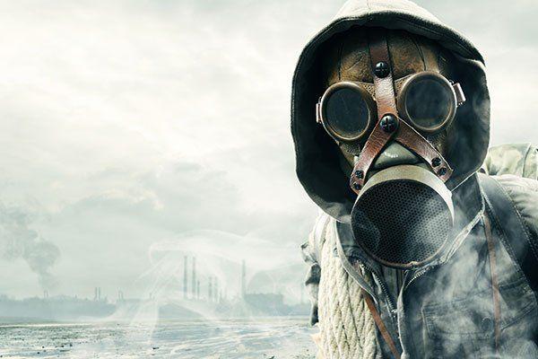 un uomo con un cappuccio e una maschera antigas