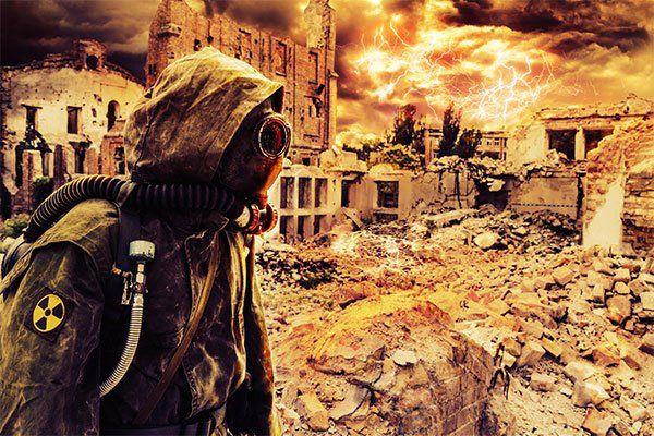 Sopravvissuto con maschera a gas in una città distrutta post-apocalittica