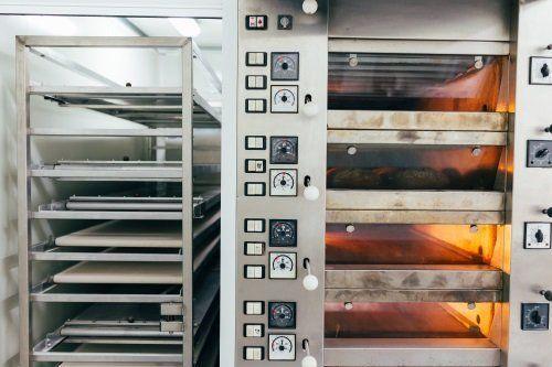 Forno industriale a quattro livelli e vassoi di forno a fianco per noleggiare