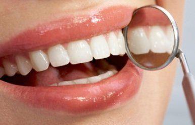 Esaminando i denti con lo specchio