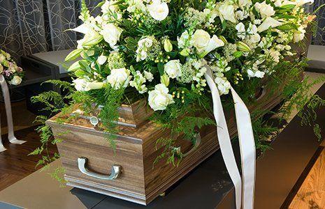 Un feretro con fiori bianchi
