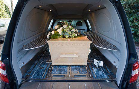 Feretro nel bagagliaio di un'auto funebre