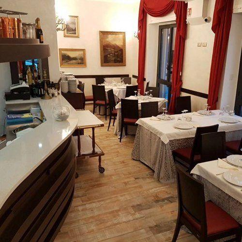 Un panorama interna del nostro ristorante con stile elegante.