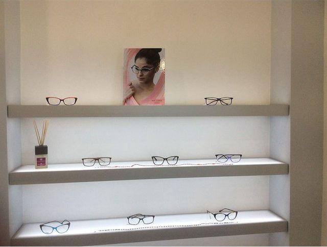 degli occhiali da vista su delle mensole