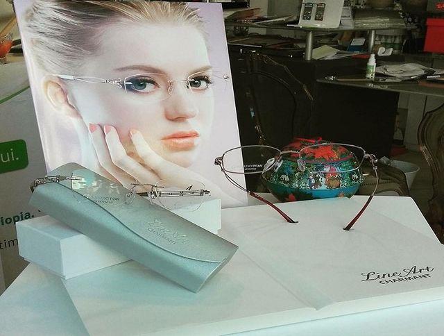 degli occhiali da vista in esposizione della marca Line Art Charmant