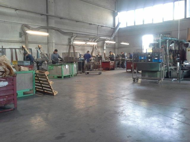 Nel reparto dedicato ai trattamenti superficiali dei metalli,si utilizzano apparecchiature speciali per la spazzolatura dei bordi di taglio e per la sbavature in automatico.