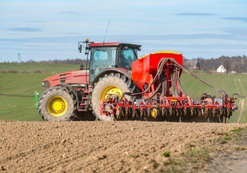 macchina agricola rossa