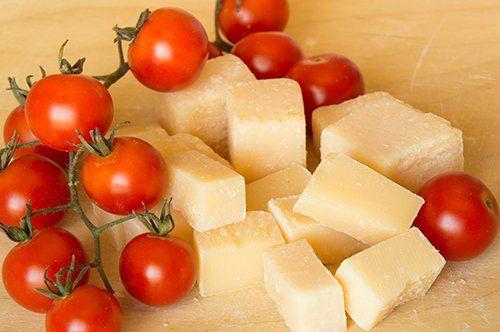 pezzi di grana con pomodorini