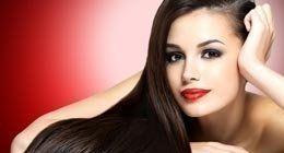 Modella con capelli lunghi lisci