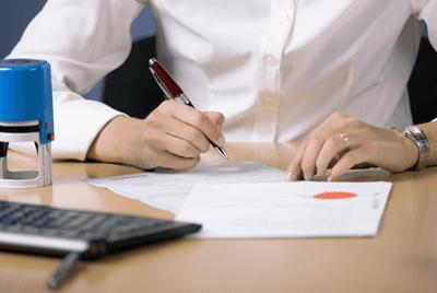 Una persona che si appresa a firmare un documento
