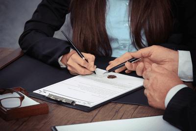 Un notaio che stipula un contratto
