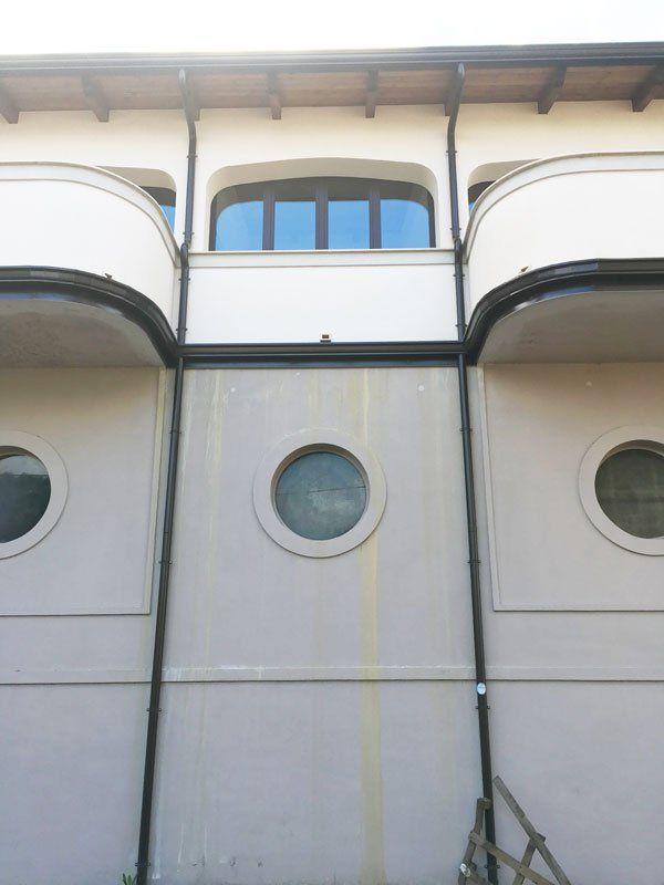 uno stabile con delle finestre rotonde