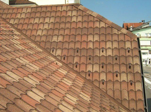 un tetto di una casa con tegole canadesi