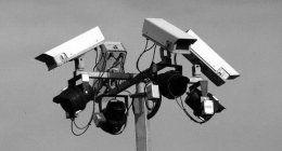 Montanti con cameras di sorveglianza video in diverse direzioni