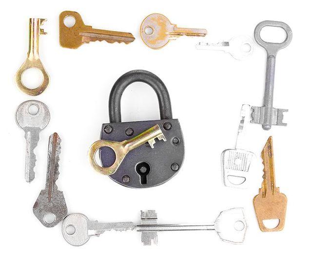 Un chiavistello circondato di chiavi di diversa forma ,dimensione e colore