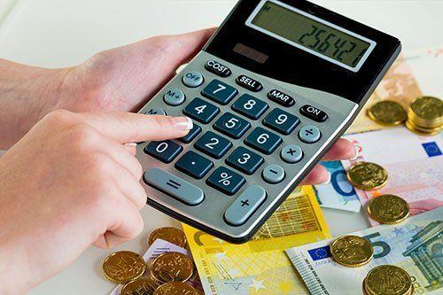 Calcolatrice e monete e banconote