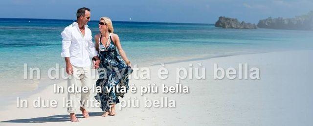 un uomo e una donna per mano su una spiaggia