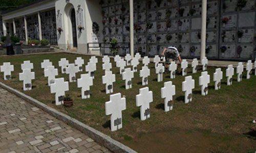 croci nel terreno in un cimitero