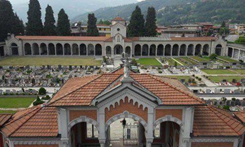 vista dall'alto di un cimitero